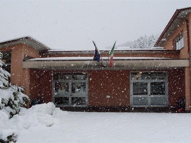scuola con neve